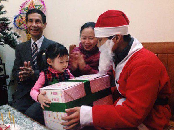 Ông Già Noel tặng quà tại Hà Nội tại nhà